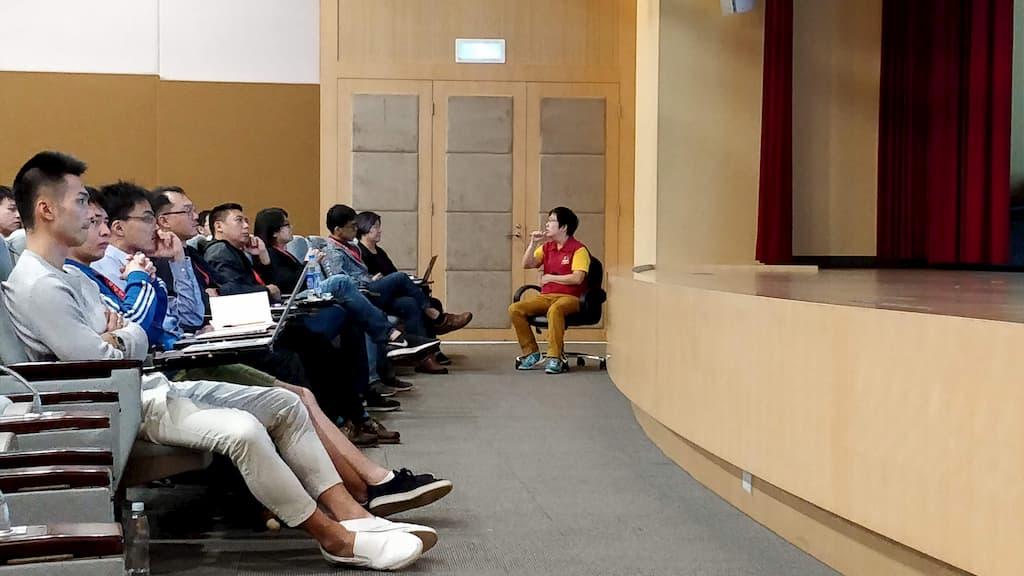 第一次(也是唯一的一次)在技術大會上看到手語師(sign language interpreter @ tech conf)